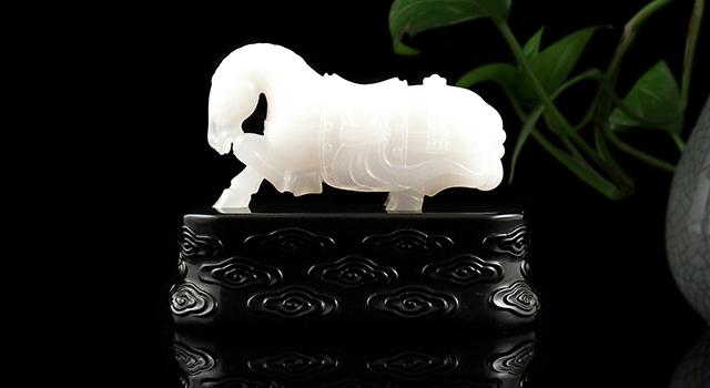 壽山石豬油白高山晶-唐式戰馬擺件(雷劍鏢)