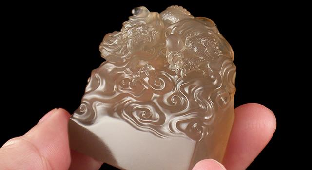 壽山石牛角晶-神龍戲珠鈕長方章