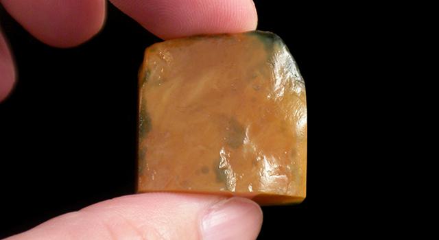 老撾烏鴉皮田黄凍-蘿蔔絲素體原石胎