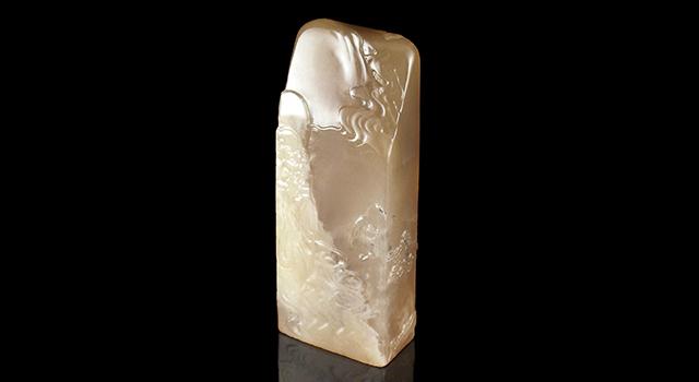 壽山石牛角凍-薄意引蝠羅漢鈕日形章
